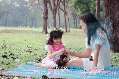 asian-family-100312173