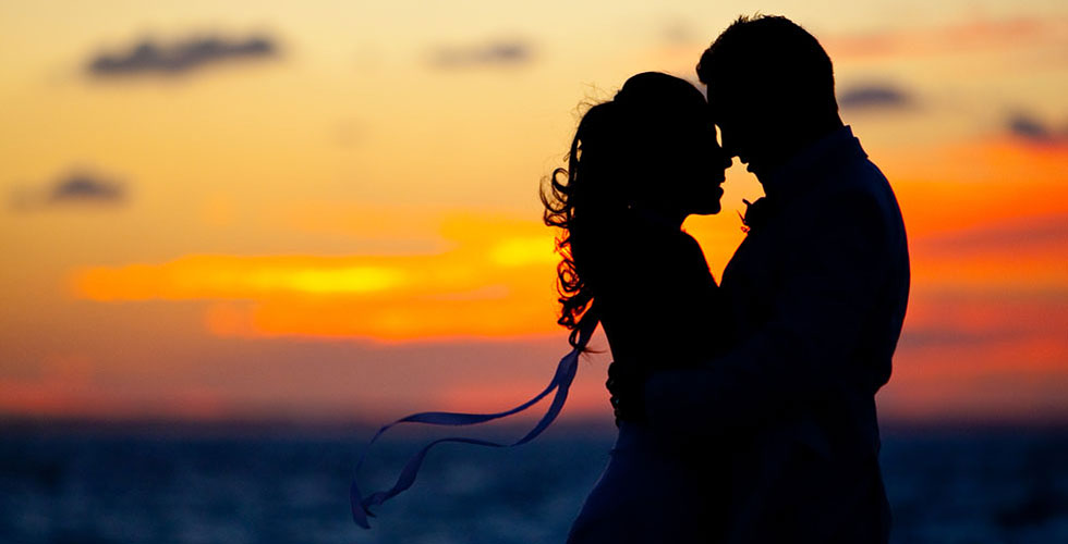 http://www.thegoldenscope.com/wp-content/uploads/2015/02/couple-sunset-silhouette-caribbean-beach-wedding.jpg